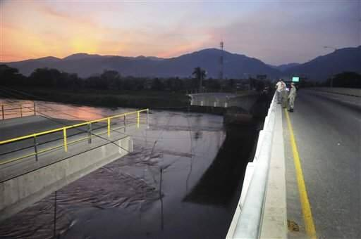 A portion of the Democracy Bridge, which spans the largest river in Honduras, the Ulua, collapsed in El Progreso, Honduras after a strong earthquake rocked the country in the early morning hours of Thursday, May 28, 2009. The magnitude-7.1 quake struck at 2:24 a.m. (4:24 a.m. EDT; 0824 GMT) off the Caribbean coast of Honduras, killing at least four people and injuring 40, according to Honduras emergency response officials.(AP Photo)