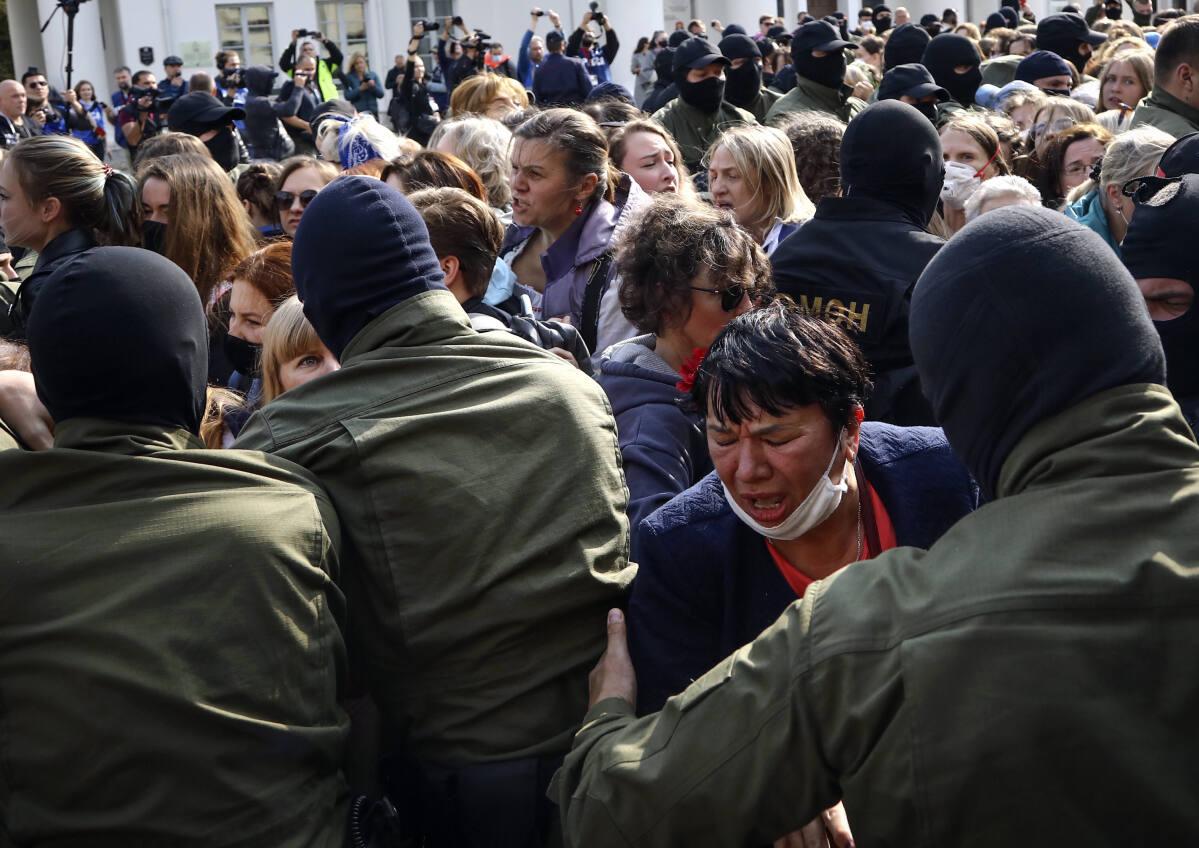 10,000 women march to demand that Belarus president resign