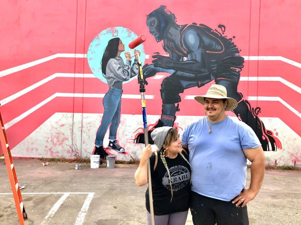 La pareja de artistas, MJ Lindo-Lawyer y Joshua Lawyer, realizan mural en zona donde será construido el proyecto de vivienda Roseland Village, en el vecindario de Roseland. Ricardo Ibarra / La Prensa Sonoma