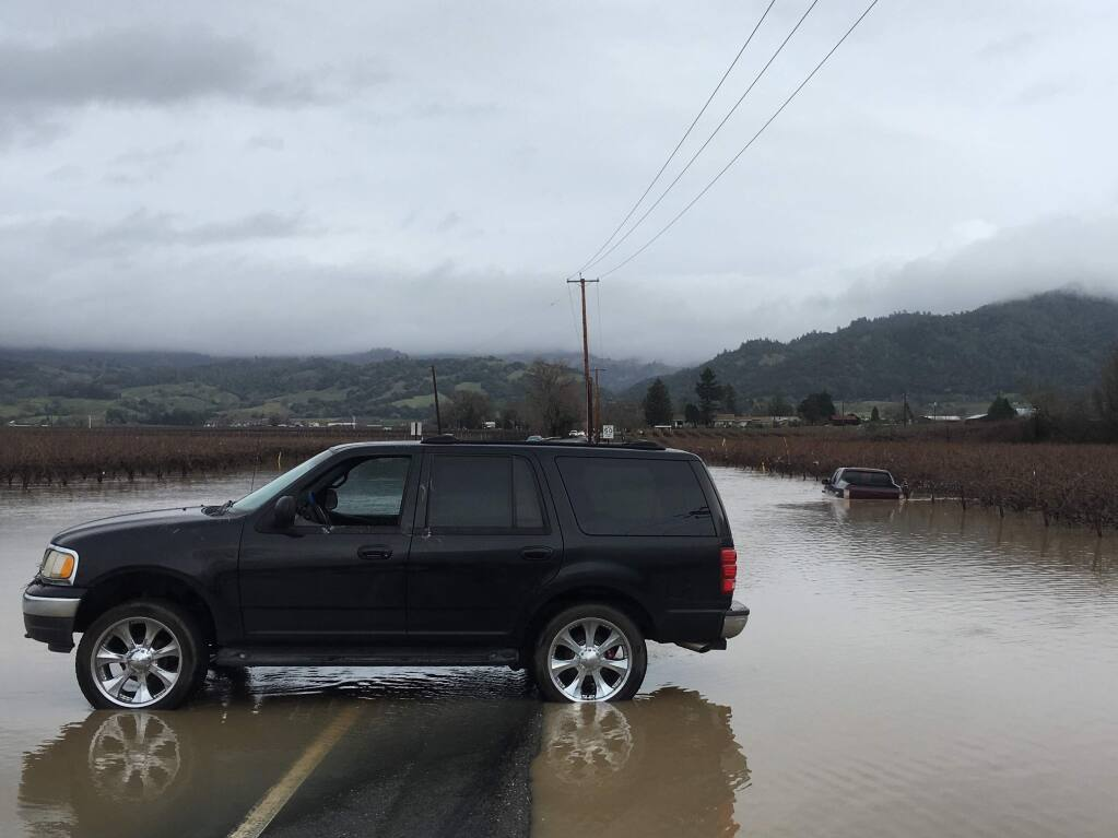 Flooded vehicles from Highway 128 at Alexander Valley Road bridge on Monday, Jan. 9, 2017. (KENT PORTER/ PD)