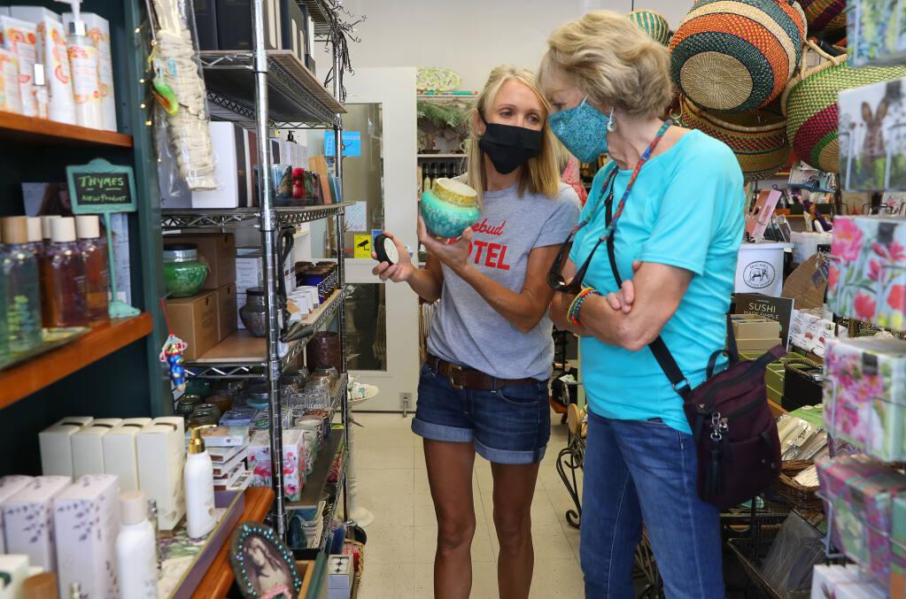 2020年8月10日,鲁比·琼斯(左)和她的母亲托尼·琼斯在乌基亚的门多西诺邦蒂餐厅浏览产品。(新闻界民主党人钟志强)