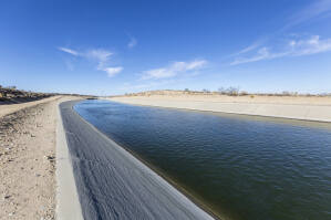 California aqueduct flowing through the Mojave desert in northern Los Angeles County. (trekandshoot / Shutterstock)