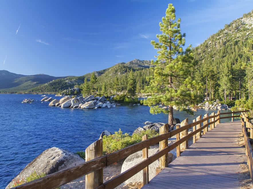 Lake Tahoe (topseller / Shutterstock)