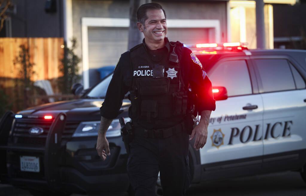 """El agente Zilverio """"Zeus"""" Rivera del Departamento de Policía de Petaluma fue nombrado recientemente """"Oficial del Año"""". Petaluma, CA, Estados Unidos. Martes 23 de febrero de 2021.(PERSONAL CRISSY PASCUAL / ARGUS-COURIER)"""